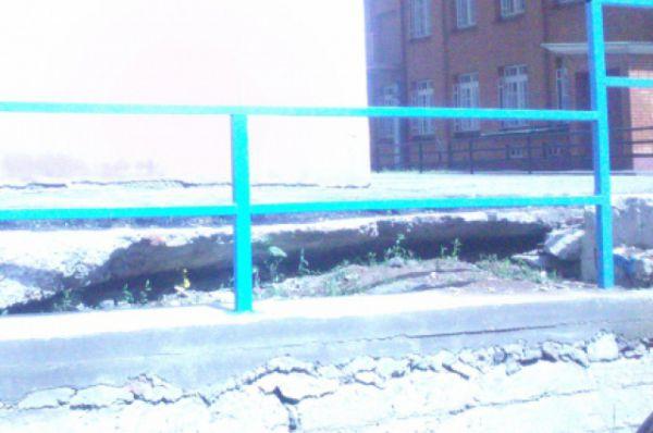 12 мая. Тротуар у здания прокуратуры по пр. Строителей, 3.