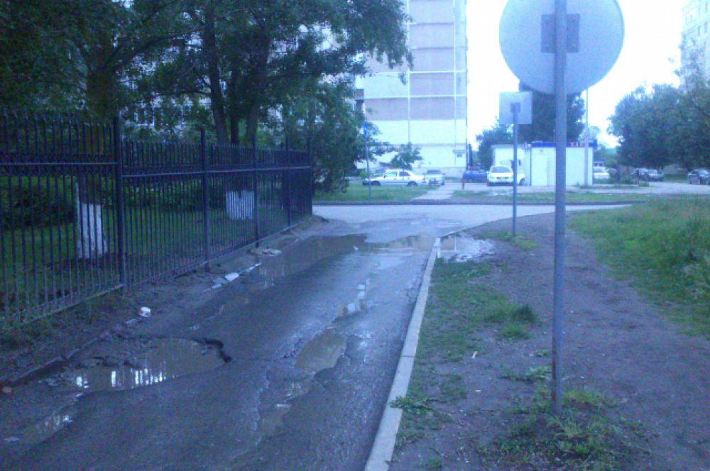12 мая. А здесь тротуара вообще нет, люди ходят по газону или по «фронтовой» дороге.