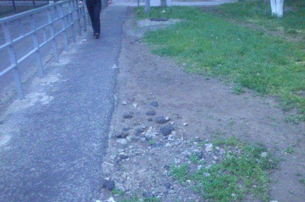 12 мая. Новый забор по Бульвару Великой Победы появился в декабре 2015 г. Строительный мусор лежит до сих пор.