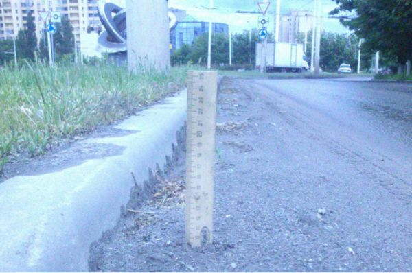 13 мая. Уровень грязи на главной магистрали города зашкаливает. Линейка вошла в неё на 10 сантиметров.