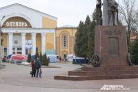 Центр города: крепостная стена, кинотеатр, памятник защитникам Смоленска и... торговые палатки.