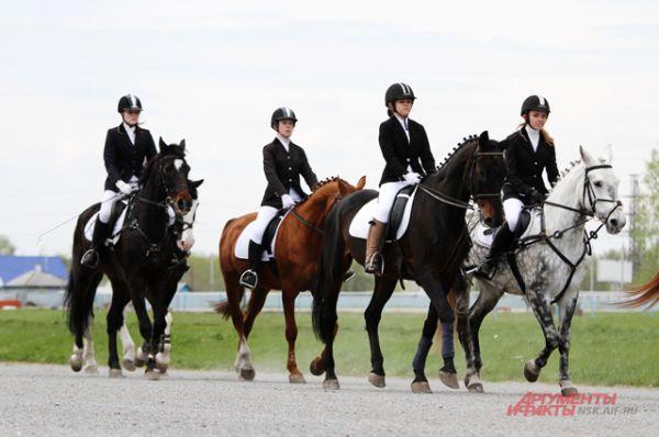 Сезон открыли парадом. Девушки жокеи выглядели утончённо, но всё же главными в этот день были лошади.