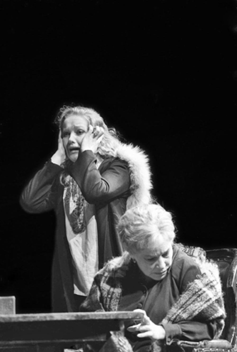Спектакль по пьесе «Валентин и Валентина» в постановке МХАТ имени Горького. В ролях - Елена Проклова (слева) и Софья Пилявская, 1978 год.