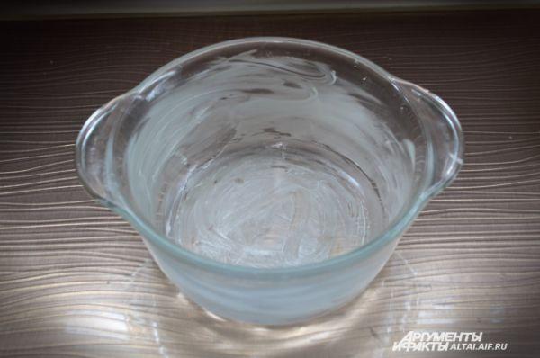 В форму диаметром 21 сантиметр смазываем сливочным маслом.