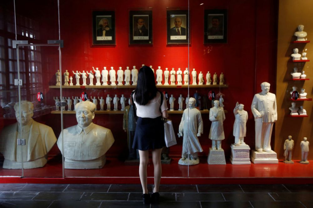 В музее находятся разнообразные фарфоровые статуэтки Председателя.