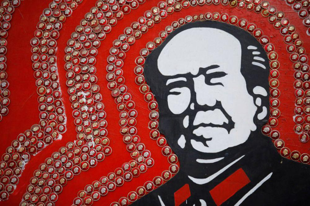 Значки с изображением Мао Цзэдуна.