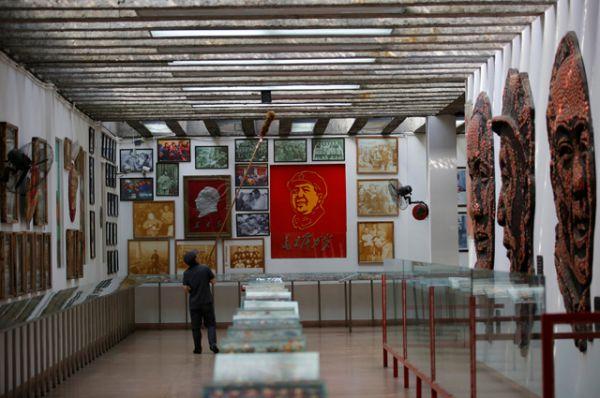 Представлены разнообразные портреты Мао Цзэдуна, а также фотоснимки, сделанные в тот период.