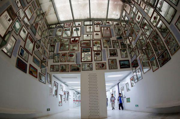 Зеркала, на которых отпечатан портрет Мао.