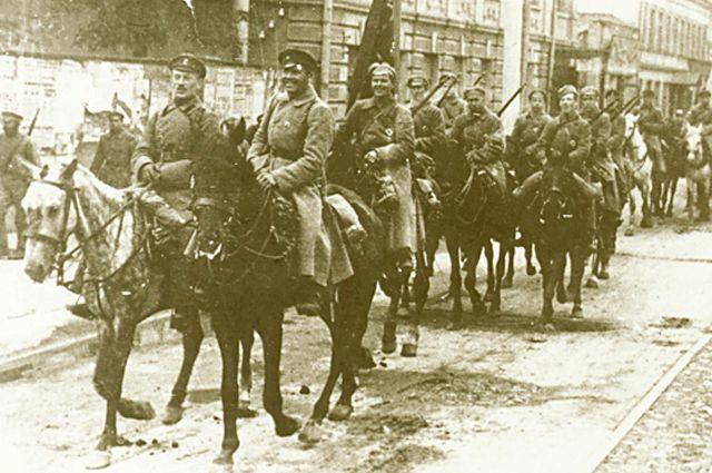 Конница 5-й Армии, освободившая г.Казань, проходит по улицам города, сентябрь 1918 г.