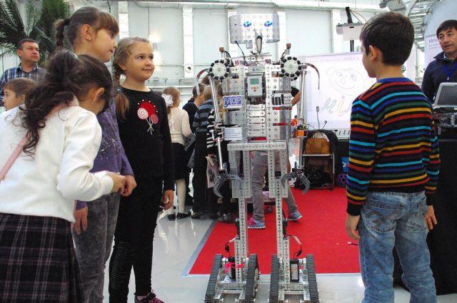 Пока мы видим роботов на выставках, но через 5-10 лет они прочно войдут в наш быт.