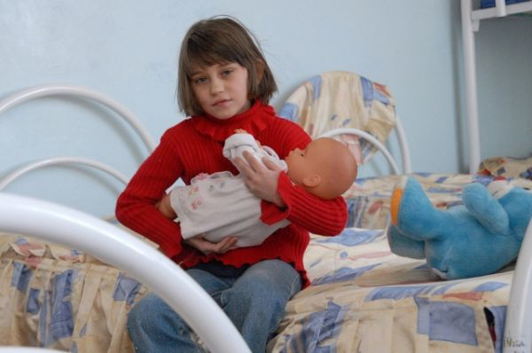 Сегодня в детских домах Ростовской области содержаться около двух тысяч детей-сирот и оставшихся без попечения родителей.