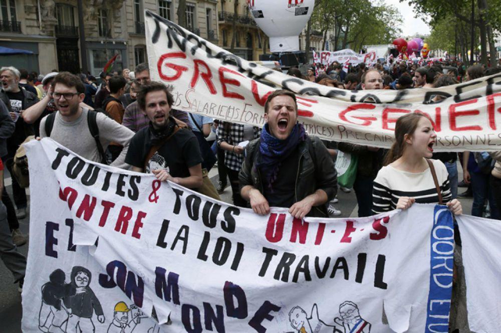 Тысячи человек собрались в Париже, чтобы вновь выразить свой протест в связи с принятой на прошлой неделе реформой трудового законодательства.
