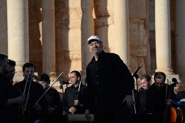 Такое бывает раз в жизни. Валерий Гергиев дирижирует оркестром в Пальмире.