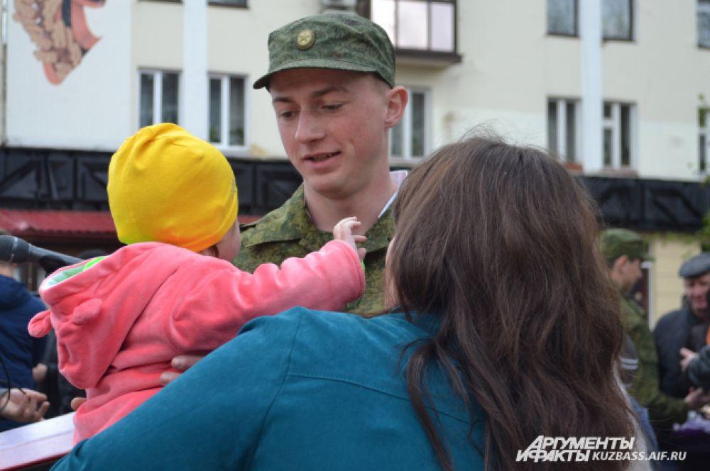 Только 15 минут дали будущим солдатам, чтобы обнять и поцеловать самых близких. За год повзрослеют не только парни, но их маленькие братишки и сестрёнки.