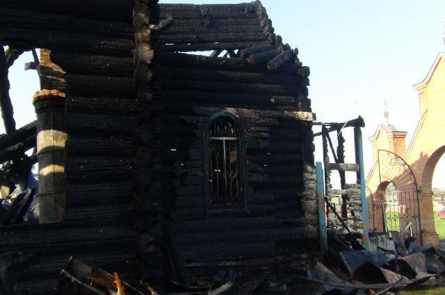 Останки храма, спалённого молодым человеком со сломанной шеей.