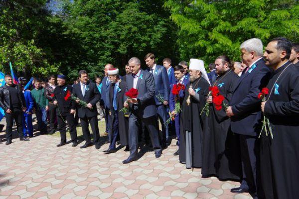Первые лица Крыма возложили цветы к закладному камню на привокзальной аллее, откуда в мае 1944 года отправлялись железнодорожные составы с депортированными