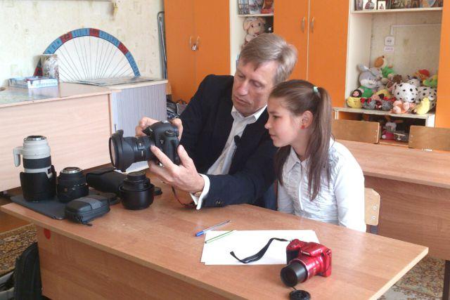 Виктор Гринкевич рассказывает Даше о секретах фотомастерства.