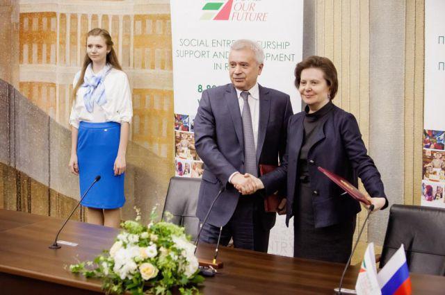 Вагит Алекперов и Наталья Комарова во время подписания соглашения.
