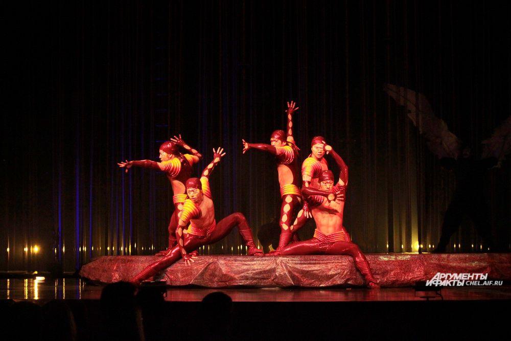 Гимнасты-ящерки демонстрируют силу и ловкость.