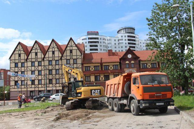 На Солнечном бульваре в Калининграде рабочие начали снимать старый асфальт.