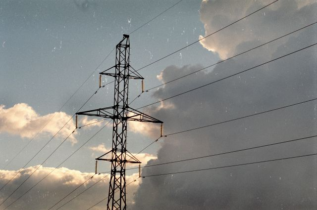 Под Калининградом параплан зацепил электропровода, пострадали двое.