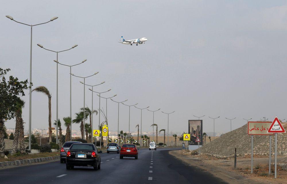 Самолет, принадлежащий компании EgyptAir, заходит на посадку в аэропорт Каира.