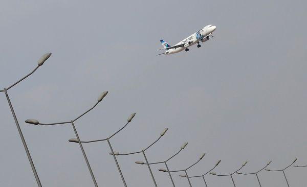 Самолет, принадлежащий компании EgyptAir, в аэропорту Каира.