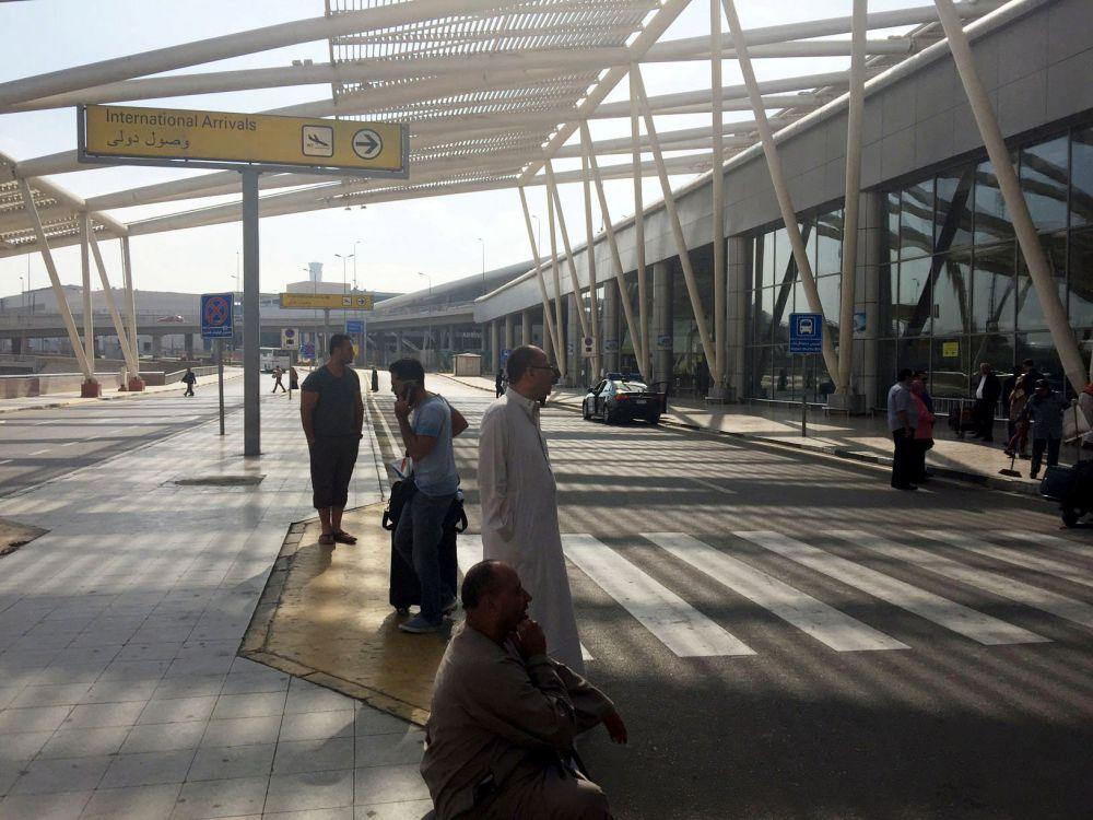 Пассажиры около терминала прилета в аэропорту Каира.