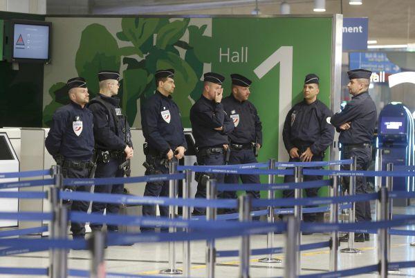 Полиция в аэропорту «Шарль де Голль» после сообщения об исчезновении самолета.