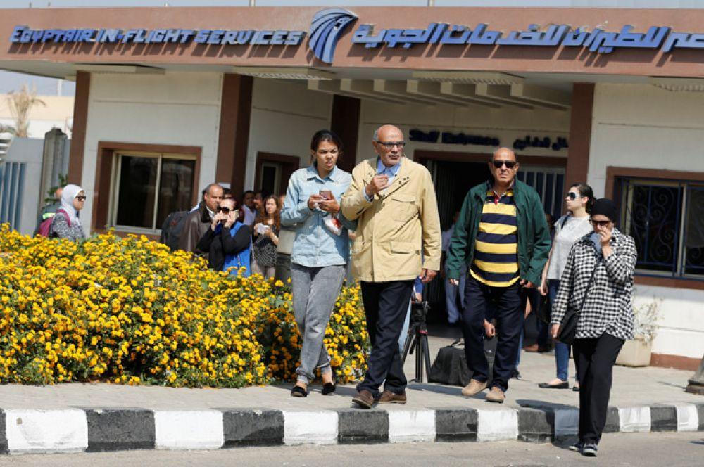 Родственники и друзья пассажиров рейса MS804 в аэропорту Каира.