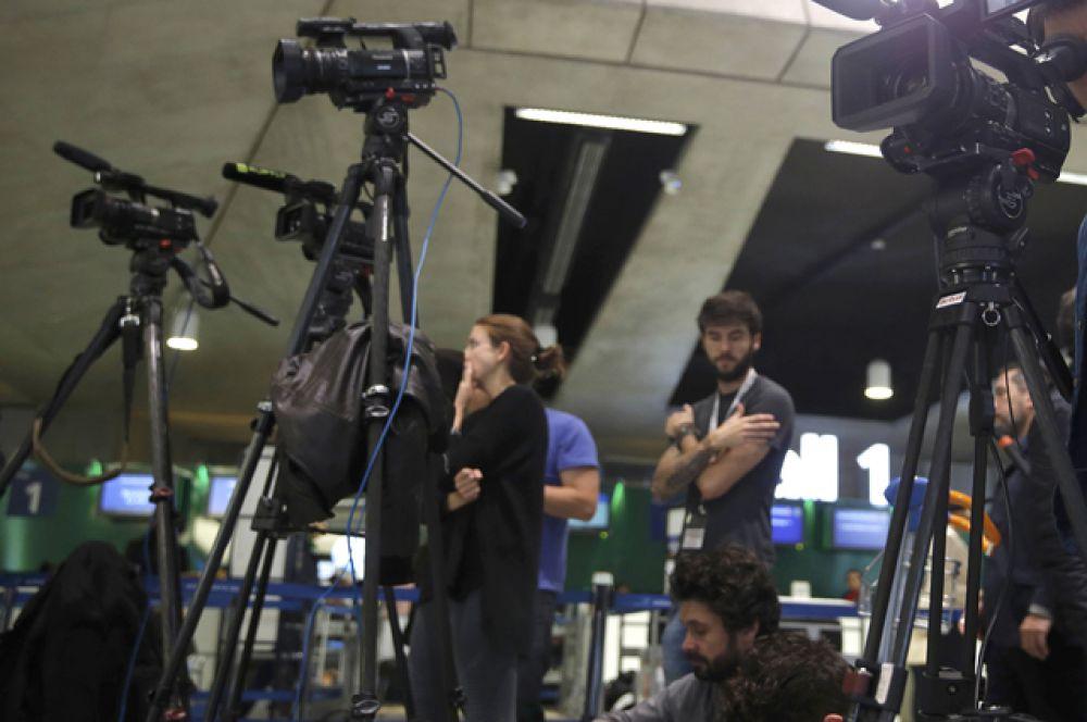 Журналисты возле стойки компании EgyptAir в аэропорту «Шарль де Голль» в Париже.