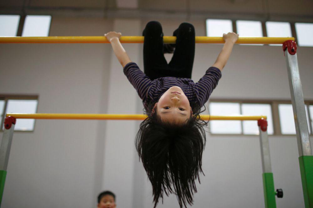 На занятии спортивной гимнастикой.
