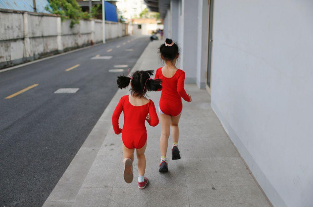 Девочки бегут в раздевалку после занятий.