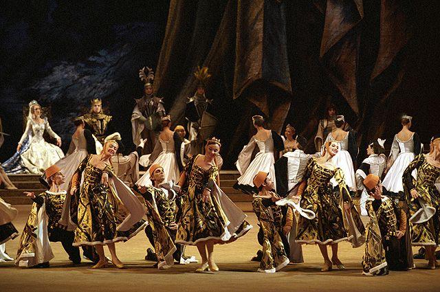 Сцена из балета Александра Глазунова «Раймонда» в обновленной постановке Юрия Григоровича на сцене Государственного академического Большого театра (ГАБТ) в Москве.