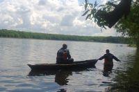 Спасатели достают из воды тело погибшего