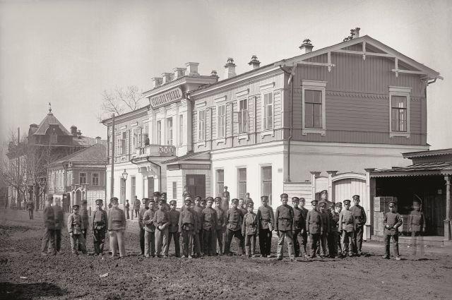 Учащиеся возле здания реального училища по улице Ивановской (ныне Труда). Снимок сделан до 1902 года