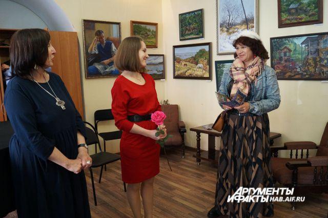Коллегам и посетителям очень понравились пейзажи и портреты молодой художницы.