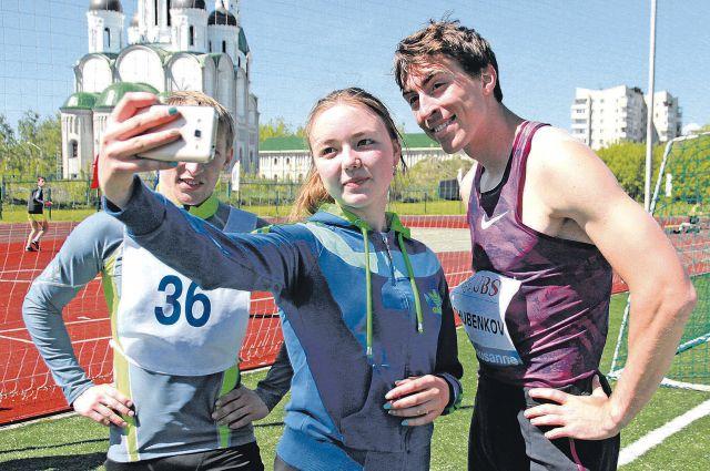 Сергей Шубенков – любимец девушек, особенно спортсменок-легкоатлеток. Его появление всегда сопровождается селфи с чемпионом и раздачей автографов.