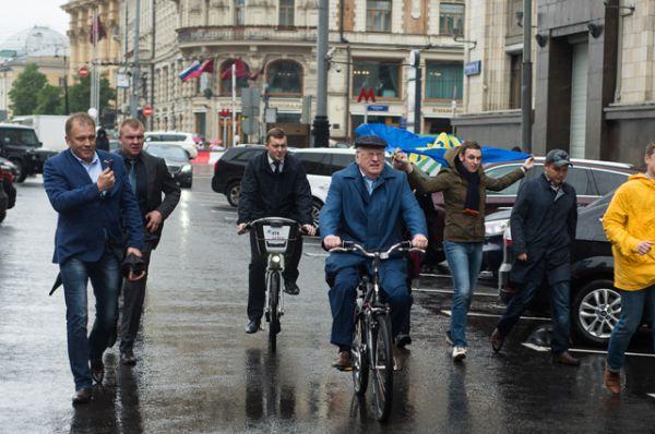 К зданию Госдумы Владимир Жириновский подъехал на велосипеде со стороны Тверской улицы, удивив своим появлением сотни людей.