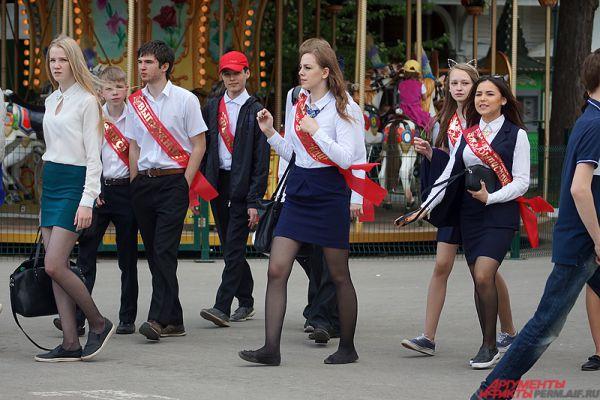 Для выпускников была подготовлена насыщенная программа с конкурсами и концертом музыкантов.