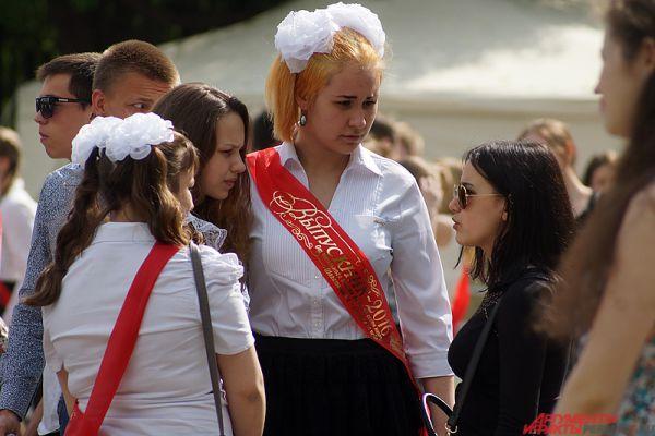 После торжественной части школьники отправились гулять по городу.
