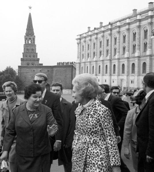 Патриция Никсон на территории Московского Кремля.