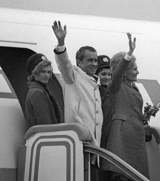 Визит в СССР Президента США Ричарда Никсона с супругой Патрицией. Президентская чета на трапе самолета.