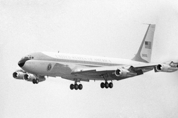 Прибытие в СССР президента США Ричарда Милхауса Никсона - самолет президента перед посадкой на Внуковском аэродроме.