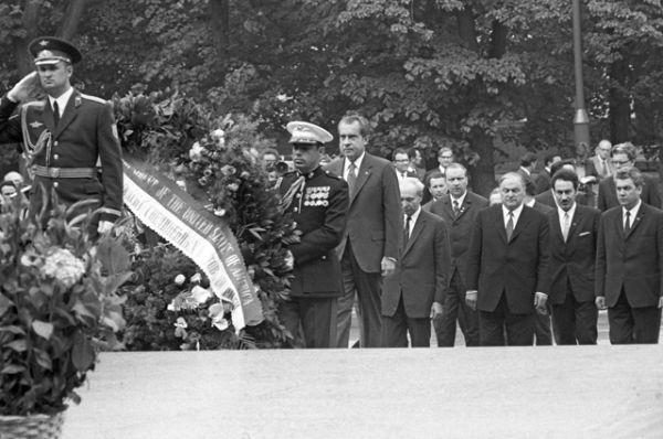 Визит в СССР президента США Ричарда Милхауса Никсона: во время возложения венков к Могиле Неизвестного Солдата у Кремлевской стены.