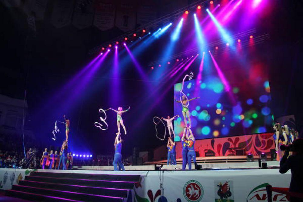 Яркой финальной точкой вечера стало выступление акробатов из Ярославской области «Freedom», которые демонстрировали опасные номера, выстроившись в пирамиду из трех человек.
