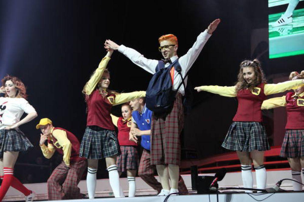 Одними из самых ярких номеров стал танец на шарнирах в исполнении «Пластилинового дождя» из Самарской области, трогательная история оловянного солдатика и балерины от театра пластики и пантомимы «Гротеск» из Югры и настоящий императорский бал сразу от нескольких студий мод.