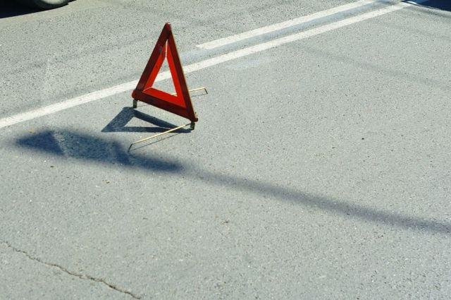Такси ехало ночью по пустой дороге, когда машина врезалась в ограждение.