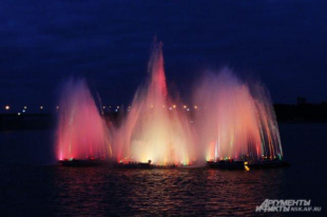 Плавучие фонтаны начали работу.