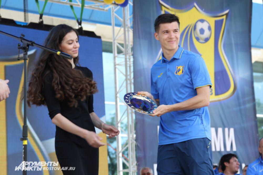 Торжественная церемония длится около одного часа, игрокам вручают  специальные призы.